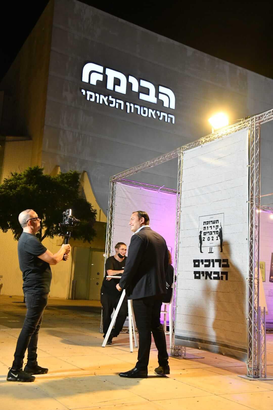 """רשמים ותמונות מתערוכת """"קירות מדברים"""" בכיכר הבימה 24"""