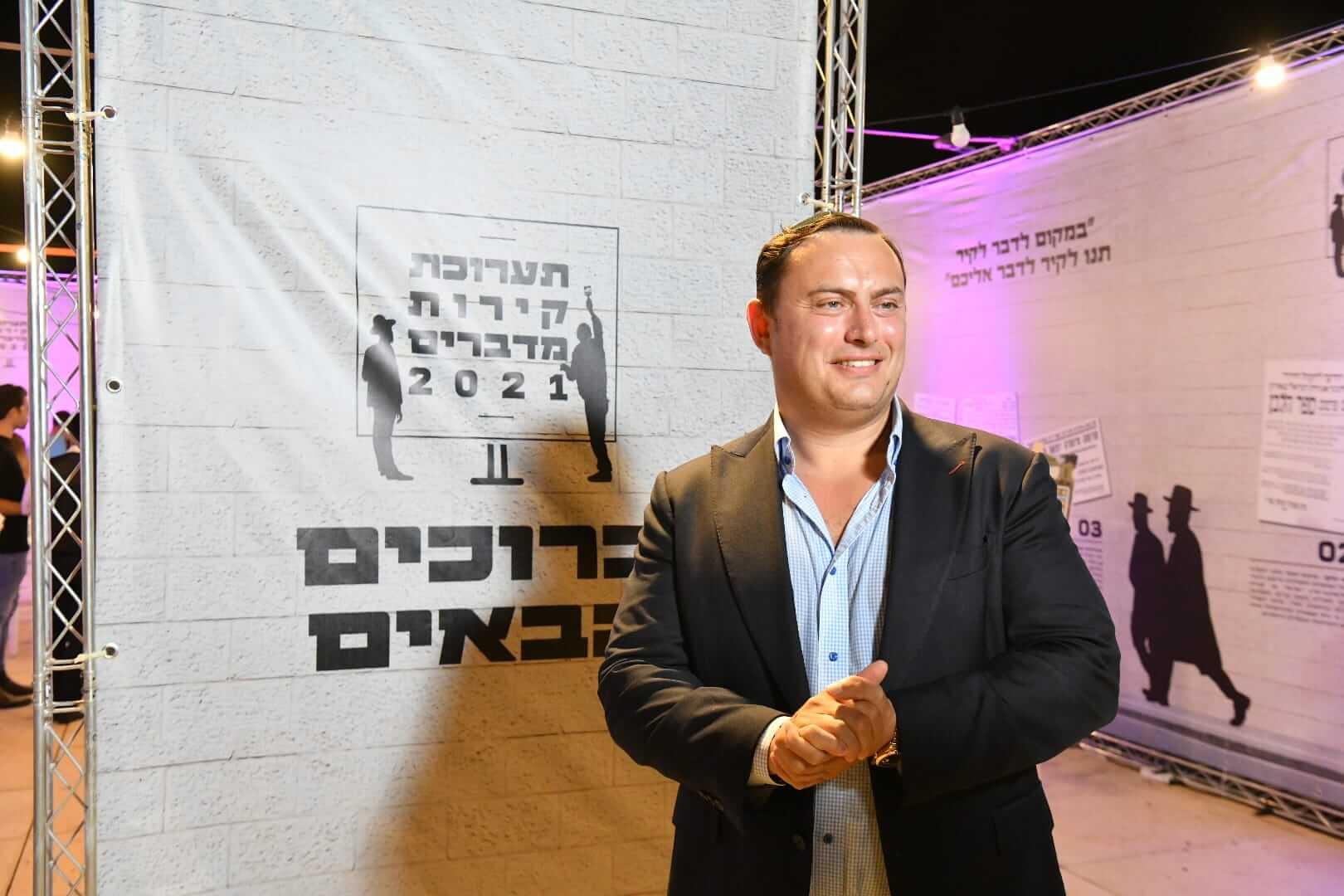 """רשמים ותמונות מתערוכת """"קירות מדברים"""" בכיכר הבימה 23"""