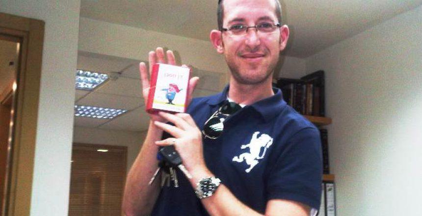 מאיר גל במשרדו, מציג את דן החסכן, השבוע