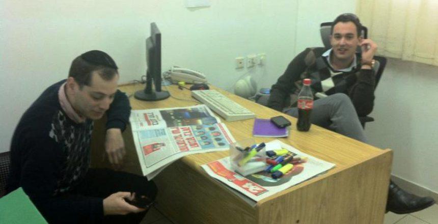 שלומי גיל בעמדה החדשה, לצד בני גרנות מעורכי העיתון